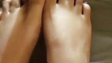 CUM ON MY MOM'S FEET(LOOK AT HER BROWN NAILS)