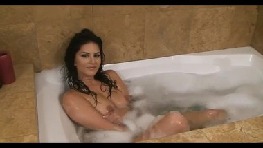 Sunny leone Playing In Bath Tube Full Nude